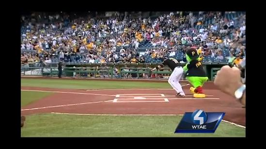 Dan Marino throws out first pitch at PNC Park