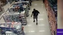 Video: Policía con su bebé en brazos enfrenta a dos ladrones
