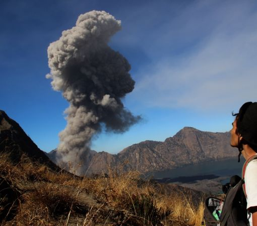 Tourists flee volcano at popular Indonesia hiking spot