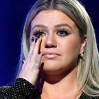 """Kelly Clarkson refused to hold a """"moment of silence"""" for the Texas school shooting victims at the Billboard Music Awards"""