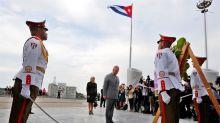 El presidente cubano saluda la llegada de Carlos y Camilla de Inglaterra
