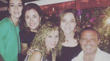 Luis Miguel consiente a sus fans sonriente y feliz