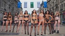 Dessous-Marke verwandelt Oxford Street in einen Laufsteg, um für mehr Selbstwertgefühl zu werben