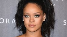 Rihanna divide opiniones en este sexy minivestido