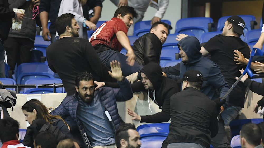 Pelouse envahie et violents incidents au Parc OL avant Lyon-Besiktas