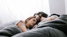 Incluso aunque te muevas mucho, dormir en pareja favorece el descanso y es bueno para tu cerebro