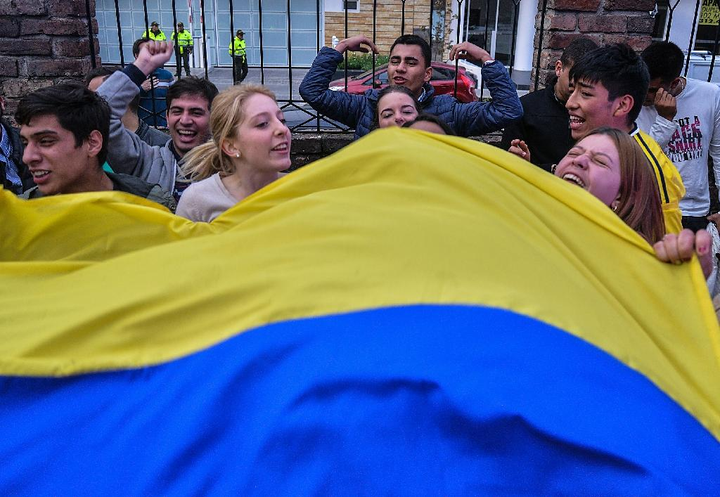 Colombians celebrate after the rejection of a peace deal with communist FARC rebels on October 2, 2016 in Bogota (AFP Photo/Diana Sanchez)
