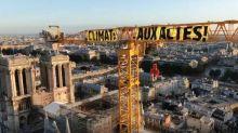 Greenpeace déploie une banderole sur la grue surplombant Notre-Dame de Paris pour dénoncer l'inaction climatique d'Emmanuel Macron