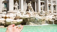 Tentano di incidere nome su Fontana Trevi con una moneta da 2 centesimi: denunciati