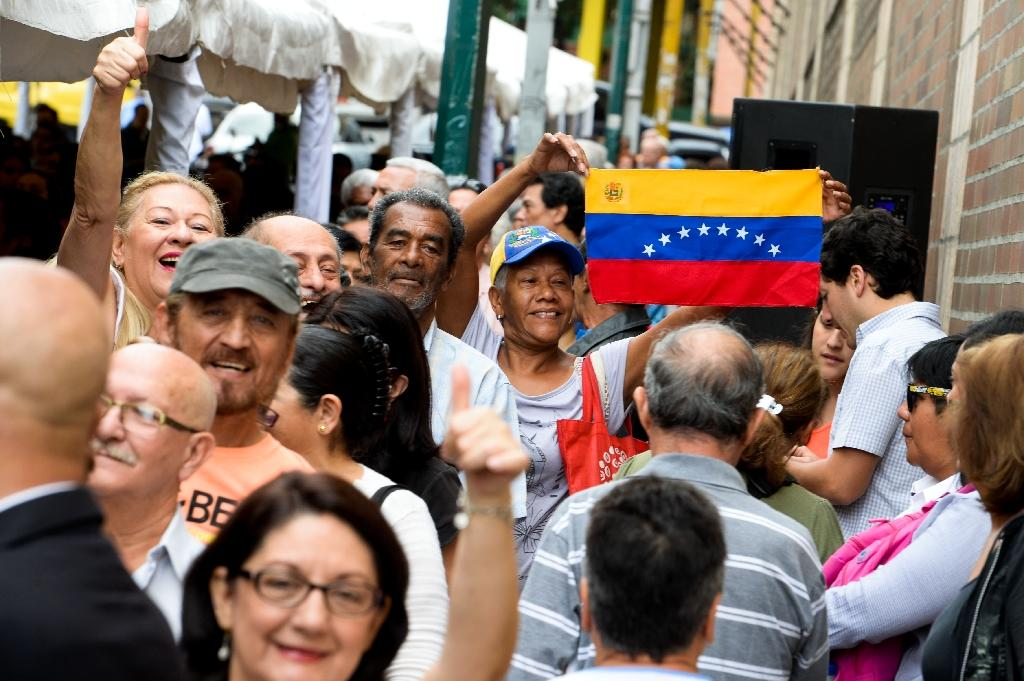 Venezuelans line up to authenticate their signatures for a recall referendum before the National Electoral Council (CNE) in Caracas on June 20, 2016 (AFP Photo/Federico Parra)