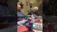 Sorprende a la esposa de 67 años con un nuevo anillo de compromiso