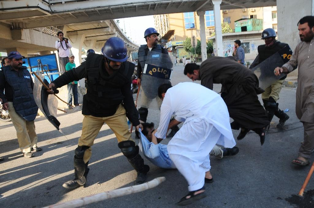Pakistani police charged stone-throwing protesters with batons and fired tear gas at opposition party supporters in Rawalpindi on October 28, 2016 (AFP Photo/)