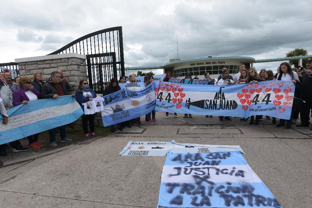 Relatives of crew members of the ARA San Juan submarine demonstrate outside the navy base in Mar del Plata, Buenos Aires province, Argentina, on November 17, 2018 (AFP Photo/Alfonsina Tain)