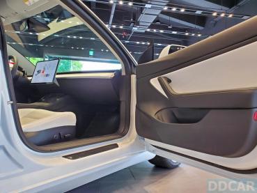 白內裝 Model 3 現貨車即將完售:把握本季交車,送 1.9 萬元特斯拉第三代壁掛式充電座