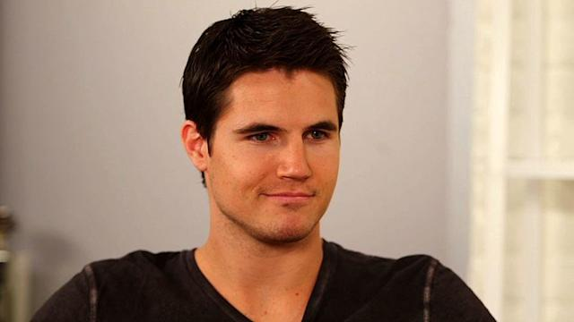 The Tomorrow People's Robbie Amell on the Sci-Fi Show and the World's Worst Possible Superpower