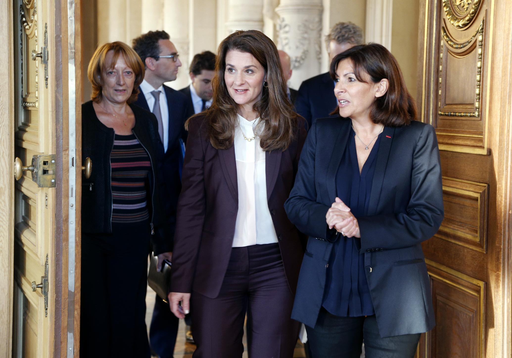 Paris Mayor Anne Hidalgo (R) speaks with Melinda Gates (C), co-chair of the Bill and Melinda Gates Foundation, during a meeting on October 14, 2014, in Paris about women and girls in developing countries (AFP Photo/Francois Guillot)