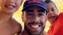 Pedro Scooby mostra os filhos brincando com Cíntia Dicker em Portugal
