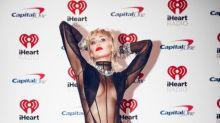 Miley Cyrus lässt in transparentem Bodysuit Underboob hervorblitzen