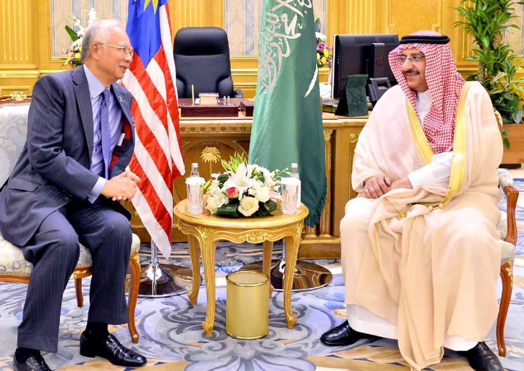 Malaysian PM Najib Razak (left) meets Saudi Interior Minister Mohammad bin Naif in Jeddah, on June 7, 2015 (AFP Photo/)