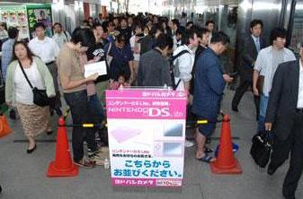 Noble Pink DS Lite launch draws crowds in Japan
