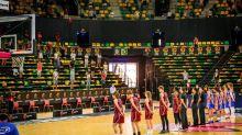 Unos 200 aficionados asisten en directo de la Supercopa en Bilbao
