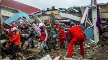 Indonesia earthquake: Heavy rain hampers search for survivors