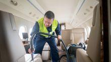 Come vengono puliti i sedili degli aerei tra un volo e l'altro