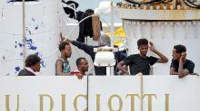 """Italie: les migrants du """"Diciotti"""" débarquent en Sicile, Salvini visé par une enquête"""