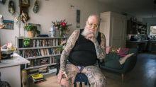 Sem arrependimento: série de imagens mostra pessoas idosas com tatuagens