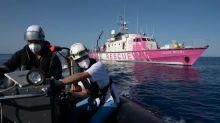 Guarda costeira italiana evacua 49 migrantes 'frágeis' do navio de Banksy