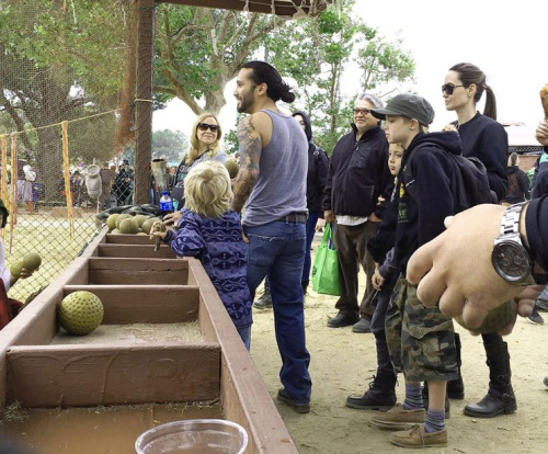 Angelina Jolie, daughter Shiloh, and son Knox had a blast at the Renaissance Pleasure Fair. (Photo: Mega Agency)