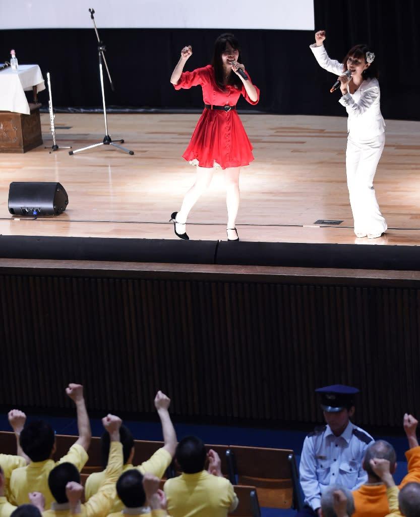 Japanese duo Manami Kitao (L) and Megumi Ikatsu of Paix2 perform at the Kurobane prison, north of Tokyo on May 16, 2015 (AFP Photo/Toshifumi Kitamura)