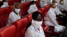 """ENFOQUE - Un """"ejército de batas blancas"""" de Cuba ayuda en la lucha contra el coronavirus en el mundo"""