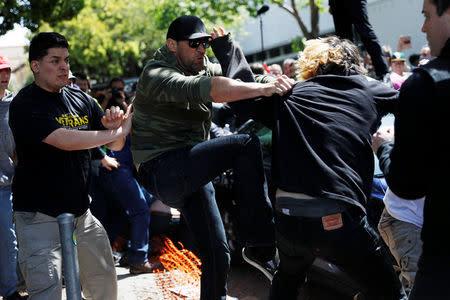 Manifestantes en contra y a favor del presidente de Estados Unidos, Donald Trump, se enfrentan en un parque de Berkeley, California.