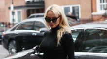 Pamela Anderson insiste en dejar atrás su imagen de mujer sexy; mírala muy sobria de negro