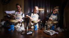 """""""On n'est pas du tout là pour la déconne"""" : dans les coulisses du championnat du monde de fondue, en Suisse"""