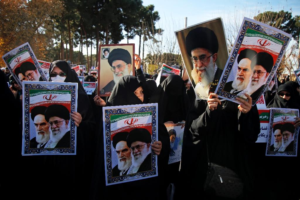 Pro-government demonstrators hold posters of Iran's supreme leader, Ayatollah Ali Khamenei (L), and the late founder of the Islamic Republic, Ayatollah Ruhollah Khomeini, in Iran's holy city of Qom on January 3, 2018 (AFP Photo/Mohammad ALI MARIZAD)