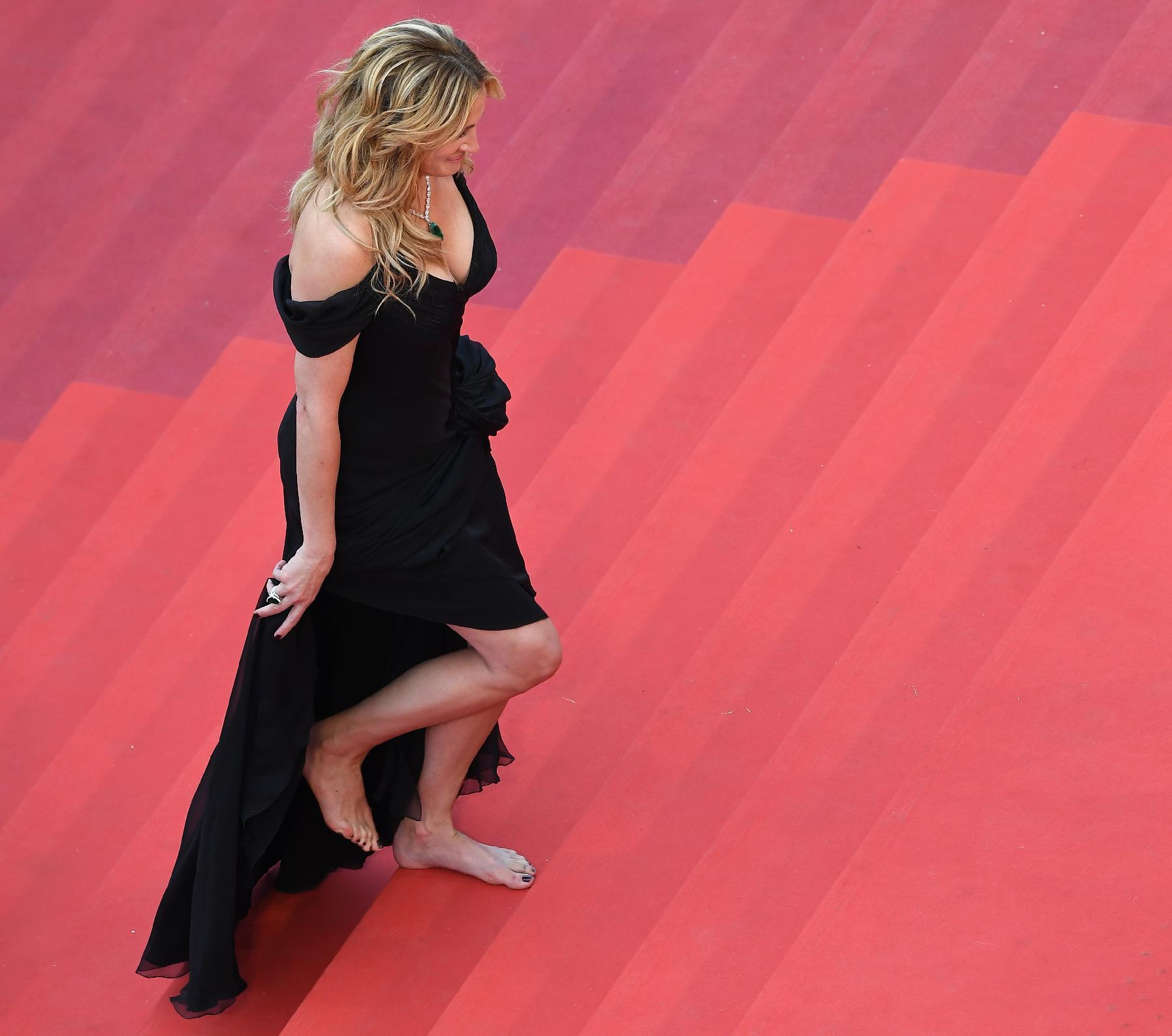 julia roberts hailed for unthinkable barefoot walk in cannes