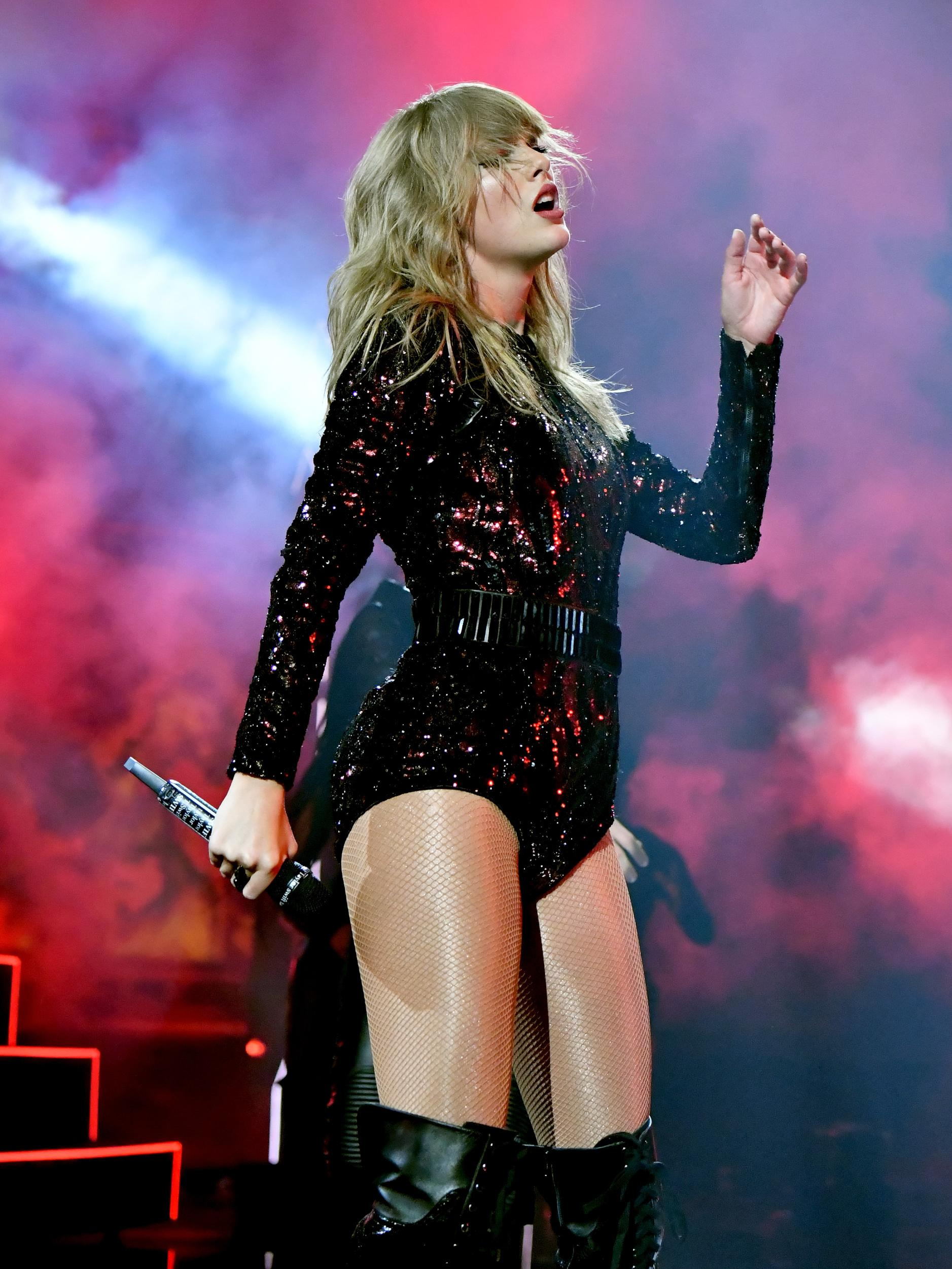 LOS ANGELES, CA - OCTOBER 09:  Taylor Swift performs onstage during the 2018 American Music Awards at Microsoft Theater on October 9, 2018 in Los Angeles, California.  (Photo by Jeff Kravitz/AMA2018/FilmMagic For dcp ,)