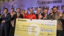 Chinese associations, donors deliver RM3m to Tabung Harapan via Dr M