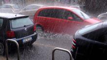 Roma allagata, auto in trappola