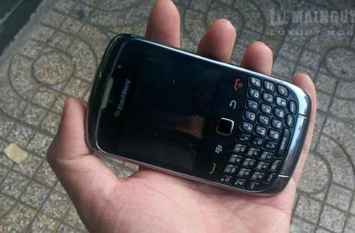 BlackBerry Curve 9300 spotted in the wild again, gets examined in-depth