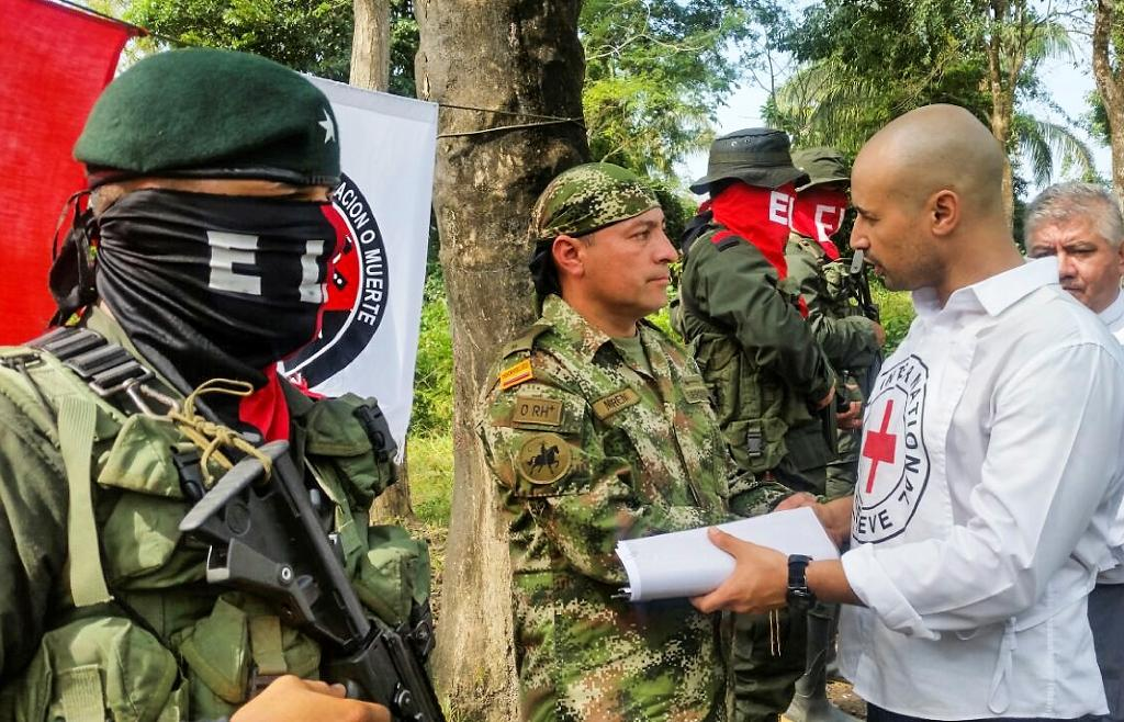 Colombian soldier Fredy Moreno (C), who was kidnaped by National Liberation Army (ELN), shakes hands with a member of the Red Cross before his release in Arauca on February 6, 2017 (AFP Photo/Daniel MARTINEZ)