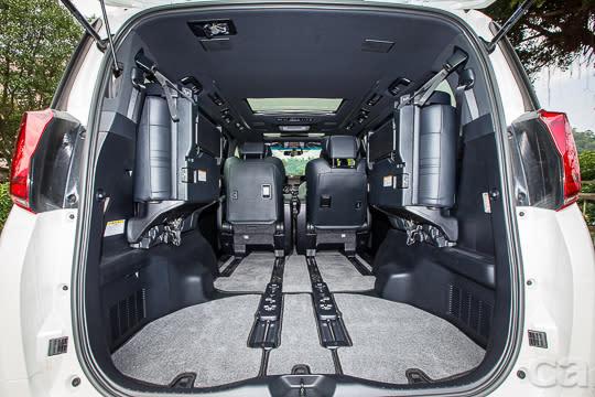 高挑車頂搭配可收折的後座,提供Alphard超彈性載物空間。
