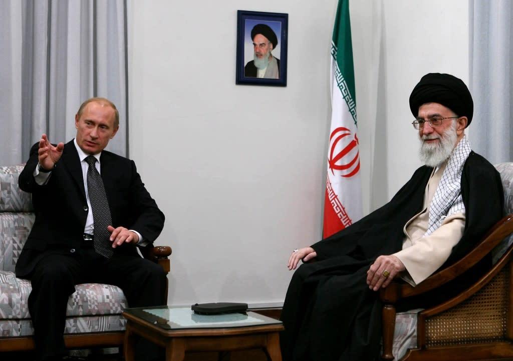 Vladimir Putin and Ayatollah Ali Khamenei meet in Tehran on October 16, 2007
