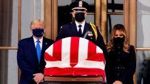 Abucheos a Trump en su visita a la capilla ardiente de la jueza del Supremo