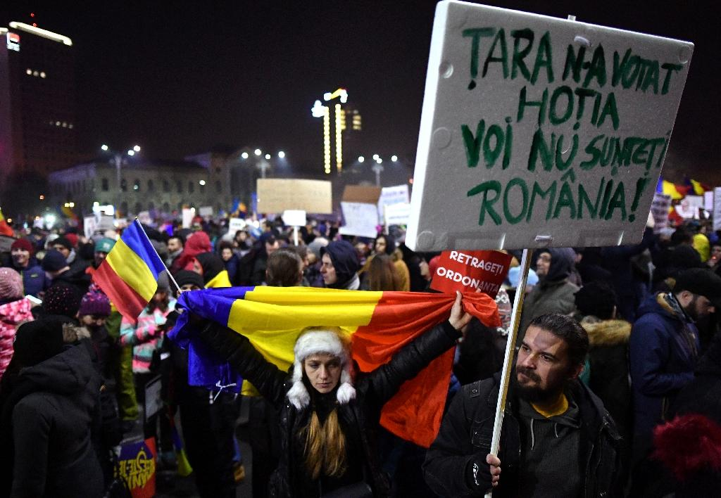 Demonstrators protest in front of the government headquarters in Bucharest, on February 3, 2017 (AFP Photo/DANIEL MIHAILESCU)