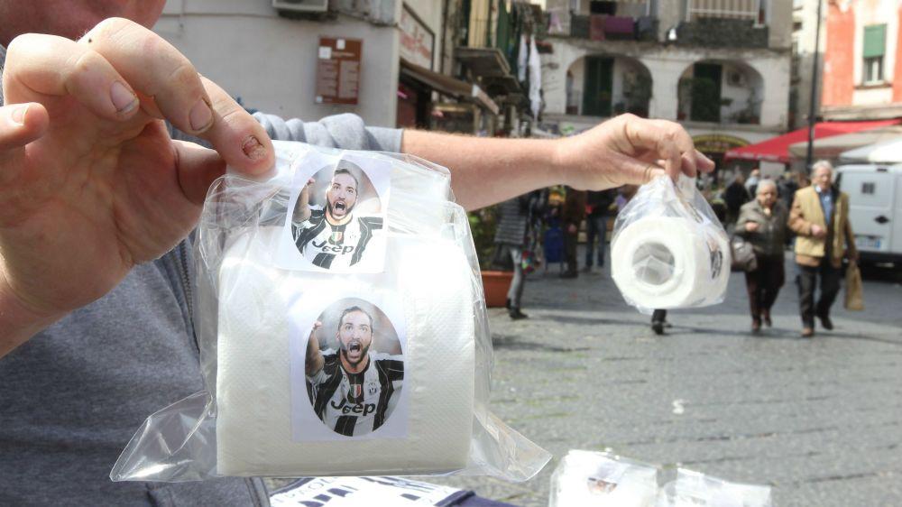 Napoli-Juventus, vietate sciarpe offensive e carta igienica di Higuain