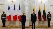 En Lituanie, Macron s'implique dans la crise biélorusse et défend le dialogue avec la Russie
