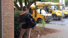 """Escuelas exigen un código de vestido, pero la mascarillas son una """"opción personal"""" en plena pandemia"""
